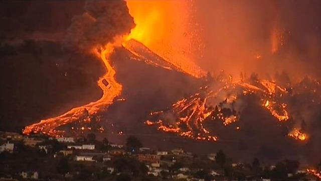 Yanardağ patlaması sonucu lavlar evlere ulaştı, 5 bin kişi bölgeden tahliye edildi